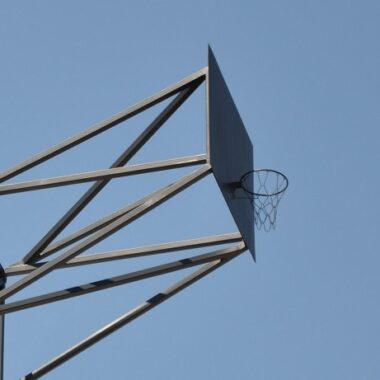Panier de basketball perché sur le toit de la TUM Munich