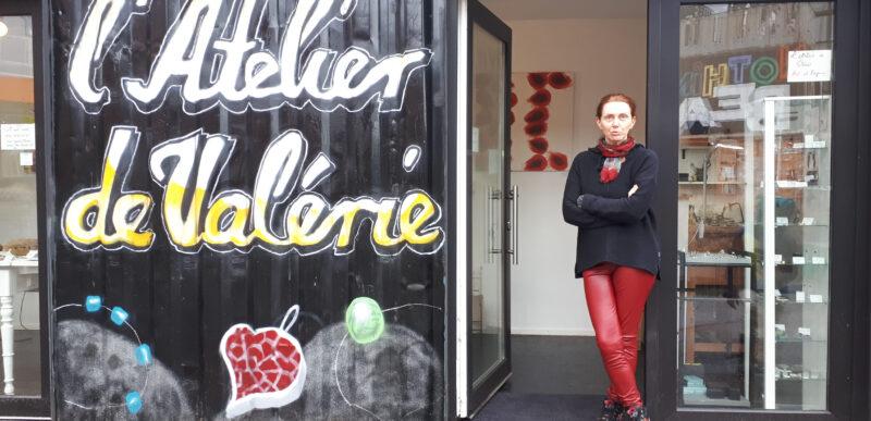 Valérie Tisserand Wolter devant son atelier de bijoux